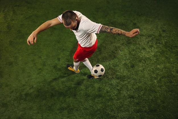 Vista dall'alto del giocatore di calcio o di calcio sull'erba verde