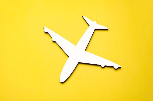 黄色の背景の飛行機モデルの上面図。