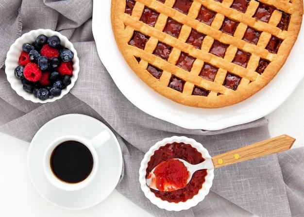 Вид сверху лесной фруктовый пирог на ткани