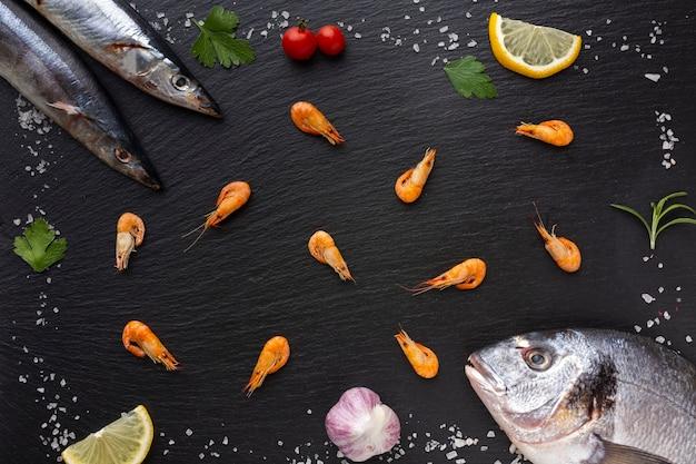 Вид сверху рамки рыбы с приправами