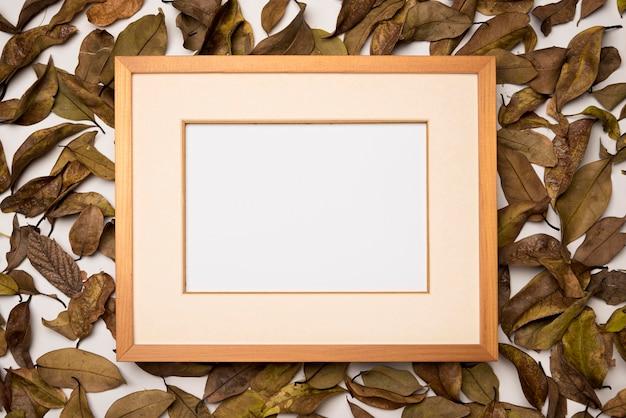 Рамка сверху в окружении осенних листьев