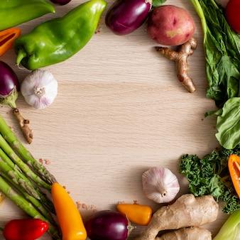 Cornice vista dall'alto dell'assortimento di verdure