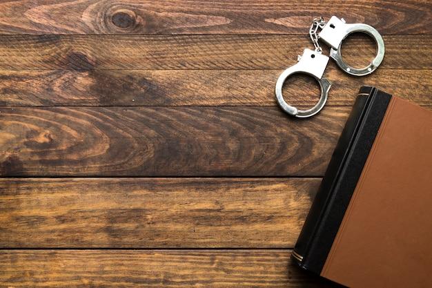 Рамка сверху с книгой и наручниками