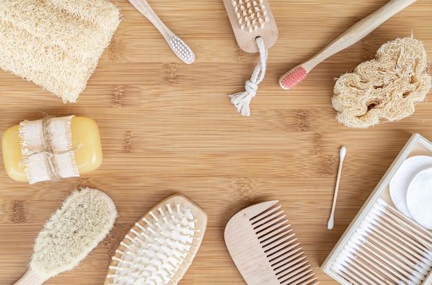 Рамка сверху с продуктами по уходу на деревянном столе