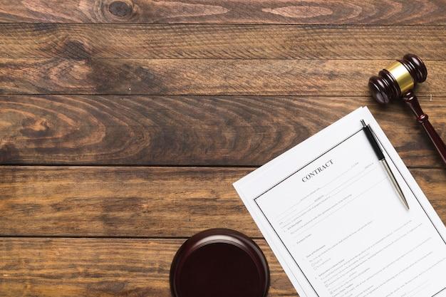 契約と木製の裁判官の小槌とトップビューフレーム