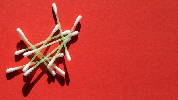 막대기와 빨간색 배경 상위 뷰 프레임