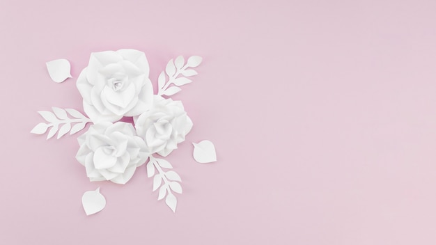 Cornice vista dall'alto con fiori bianchi e copia-spazio
