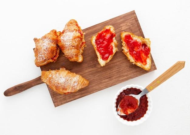 Vista dall'alto croissant francesi e marmellata di fragole