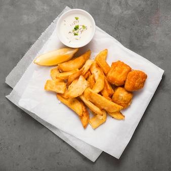 Vista dall'alto di patatine fritte sulla piastra con salsa speciale