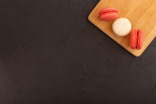 Una vista dall'alto macarons francesi rotondi e deliziose caramelle