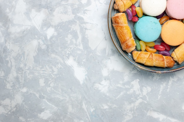 Vista dall'alto macarons francesi con bagel su bianco