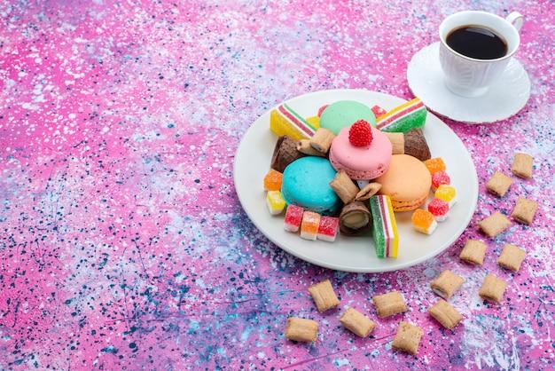 カラフルな背景のケーキの甘い砂糖の生地を焼く色のコーヒーと一緒にマーマレードと平面図フランスのマカロン