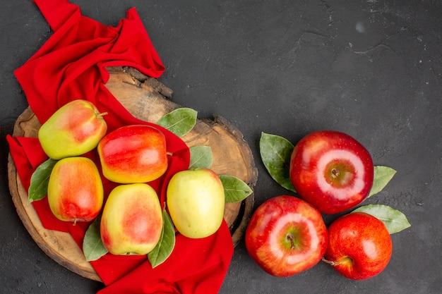 Vista dall'alto mele fresche sul tavolo grigio scuro colore di frutta fresca matura