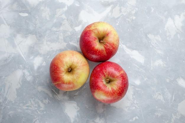 上面図新鮮なリンゴがまろやかで、明るい背景に熟しているフルーツまろやかなジュース熟した色