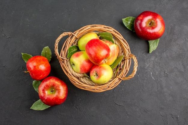 Vista dall'alto mele fresche frutti dolci sul tavolo scuro frutta fresca rossa matura