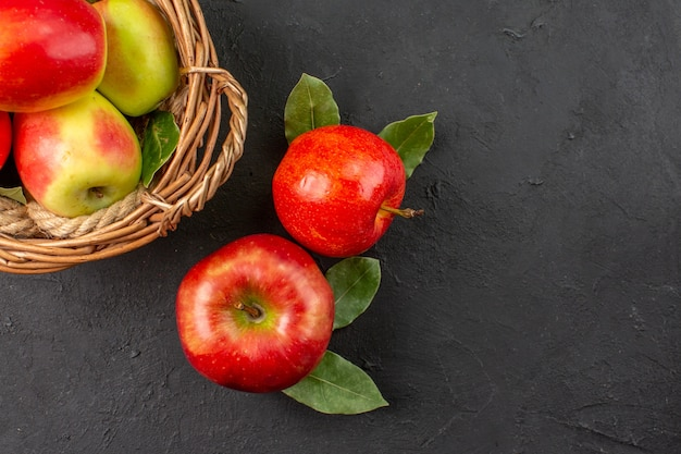 상위 뷰 신선한 사과는 어두운 테이블 나무에 있는 부드러운 과일 잘 익은 신선한 과일 부드러운