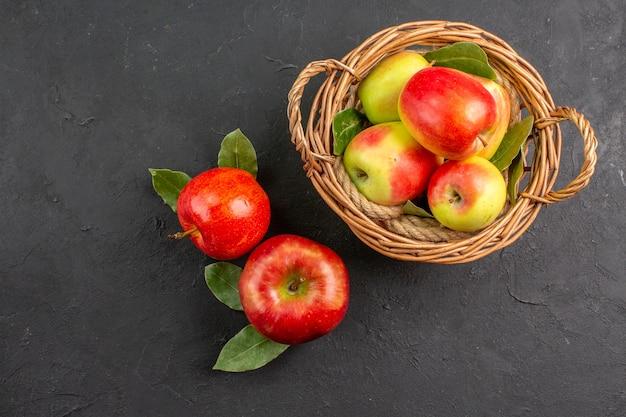 トップビュー新鮮なリンゴは暗いテーブルで果物をまろやかに熟した新鮮な果物はまろやか