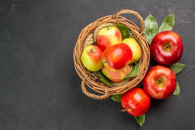 Вид сверху свежие яблоки, спелые фрукты на сером столе, спелые фрукты, спелые свежие