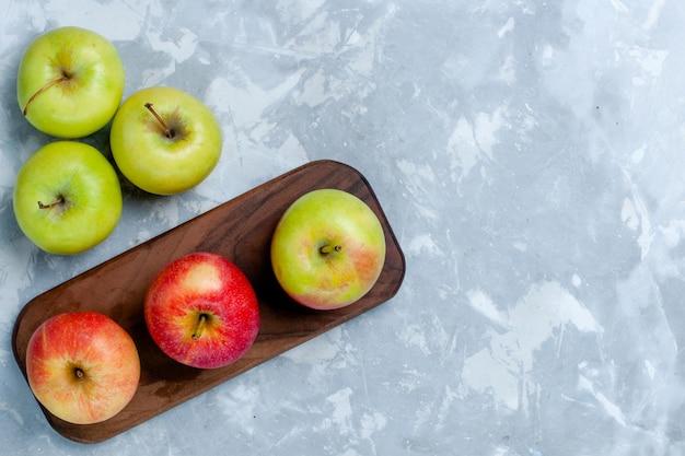 밝은 흰색 책상 위의 신선한 사과 부드러운 과일