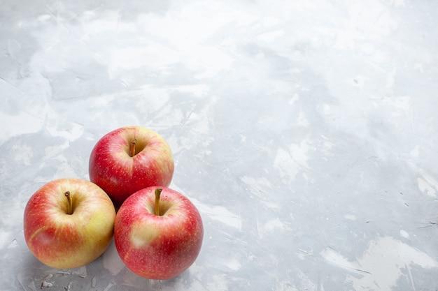 Vista dall'alto mele fresche pastose e mature su sfondo bianco frutta mellow succo di colore maturo