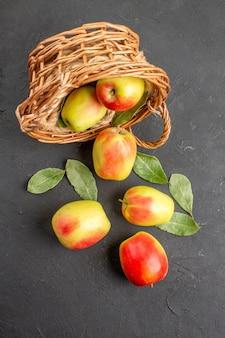 上面図灰色の机の上のバスケットの中の新鮮なリンゴの熟した果物熟した新鮮な果物