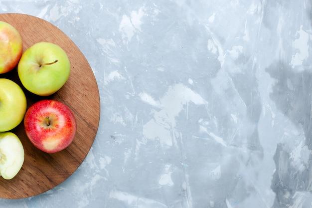 밝은 흰색 책상 위에 있는 신선한 사과 잘 익은 부드러운 과일