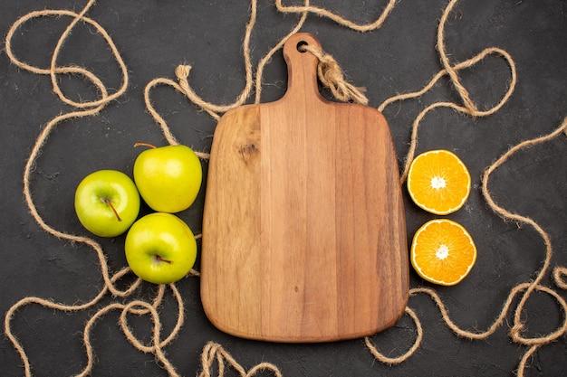Вид сверху свежие яблоки с лимоном на темном фоне фрукты спелые свежие
