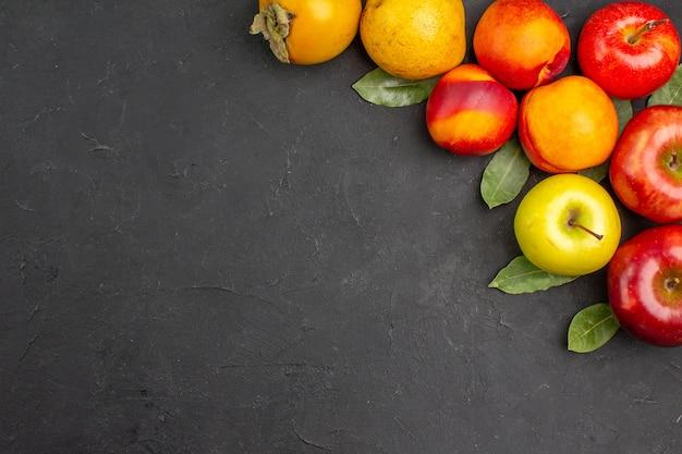 Vista dall'alto mele fresche con altri frutti sul tavolo scuro frutta fresca matura fresca