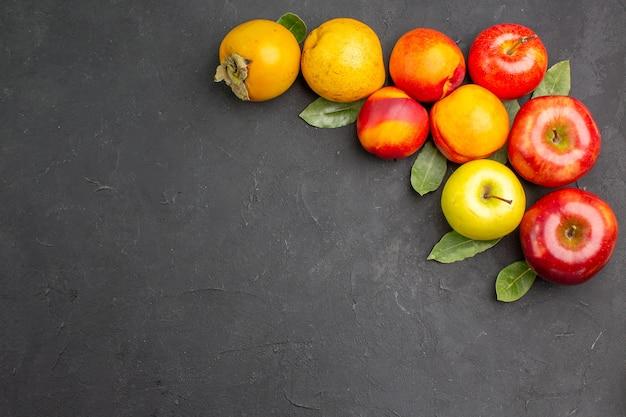 Vista dall'alto mele fresche con altri frutti su un tavolo scuro maturo fresco dolce