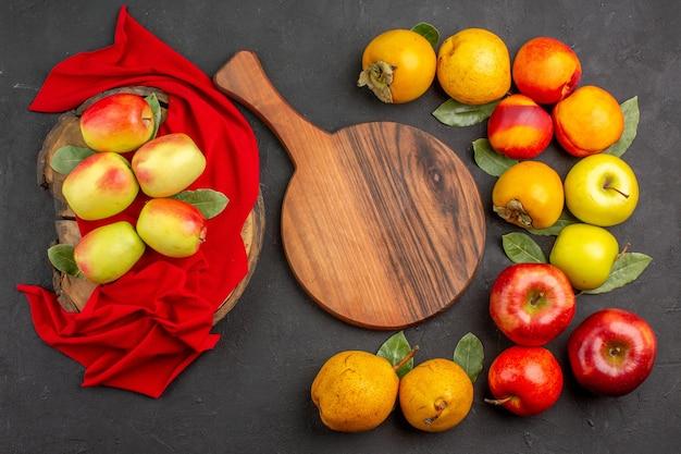 어두운 책상 나무에 다른 과일과 함께 상위 뷰 신선한 사과 신선하게 익은 부드러운