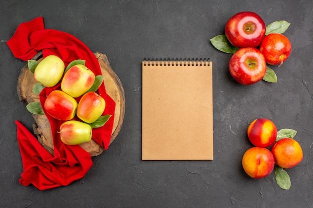 짙은 회색 테이블 색상에 신선한 잘 익은 과일에 복숭아와 함께 상위 뷰 신선한 사과