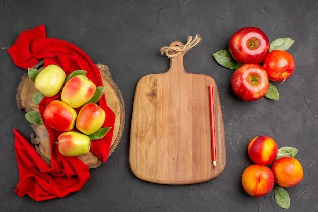 ダークグレーのテーブルカラーの新鮮な熟した果実に桃と新鮮なリンゴの上面図