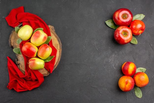 짙은 회색 테이블에 복숭아가 있는 신선한 사과