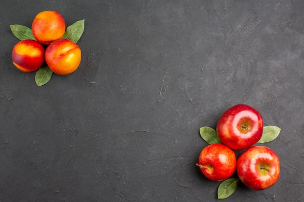 어두운 테이블 색상 익은 과일에 복숭아와 상위 뷰 신선한 사과