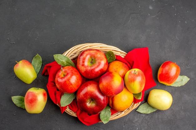 어두운 탁자에 복숭아를 넣은 신선한 사과 잘 익은 과일 부드러운 주스