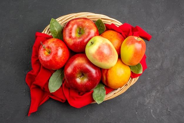 어두운 탁자에 복숭아가 있는 신선한 사과가 잘 익은 신선한 과일