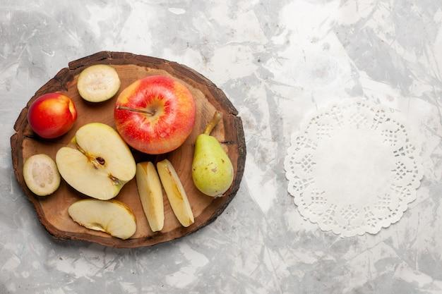 明るい白いスペースに梨と新鮮なリンゴの上面図