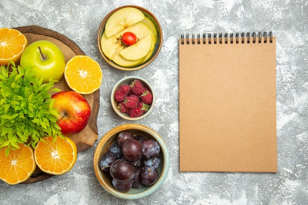 スライスしたオレンジとプラムと白い背景の上のビュー新鮮なリンゴ熟したまろやかな果物新鮮なリンゴ