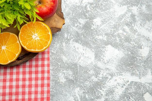 흰색 배경에 얇게 썬 오렌지가 있는 신선한 사과 잘 익은 부드러운 사과 과일