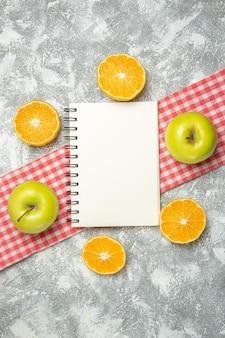 Вид сверху свежие яблоки с нарезанными апельсинами на белом фоне яблочные фрукты спелые свежие спелые