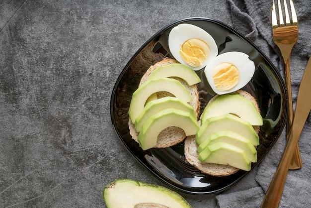 ゆで卵と新鮮なアボカドスライスのトップビュー