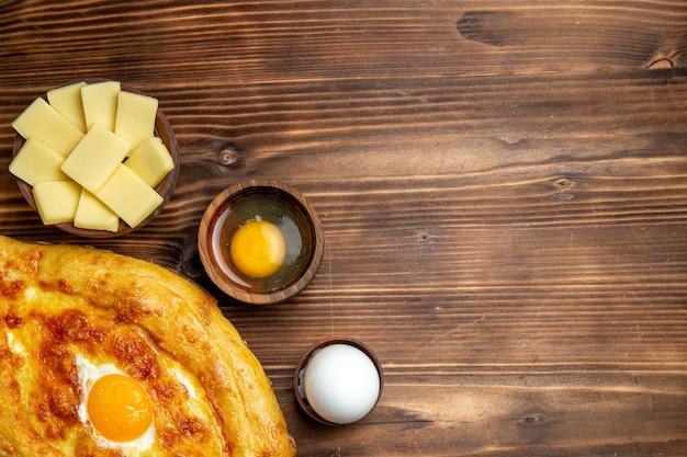 갈색 책상 빵 반죽 식사 롤빵 아침 식사 계란 음식에 요리 계란 상위 뷰 신선한 구운 빵