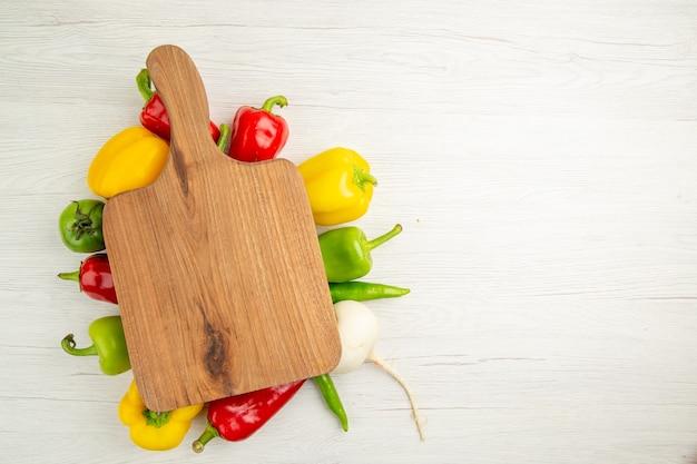 Вид сверху свежий сладкий перец разного цвета на белом фоне салат спелый фото цвет еды свободное пространство