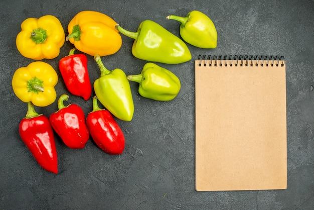 어두운 배경 샐러드 음식 식사 익은 사진 색상에 상위 뷰 신선한 벨 고추