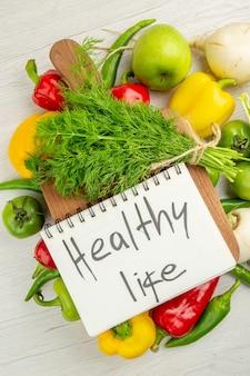 Вид сверху свежий болгарский перец с яблоками и зеленью на белом фоне спелые цветные фото салат здоровый образ жизни диета
