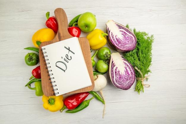 Вид сверху свежий сладкий перец с яблоками и красной капустой на белом фоне спелый цвет здорового образа жизни диетический салат