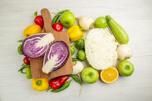 Вид сверху свежего болгарского перца с яблоками и капустой на белом фоне салат из спелых цветов здорового образа жизни диета