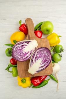Vista dall'alto peperoni freschi con mele e cavolo su sfondo bianco colore maturo dieta sana insalata