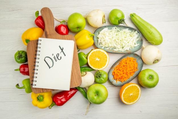 흰색 배경 색상 샐러드 건강 생활 익은 다이어트에 사과와 상위 뷰 신선한 벨 고추