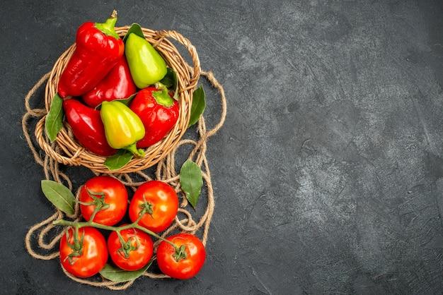 Vista dall'alto peperoni freschi con pomodori rossi
